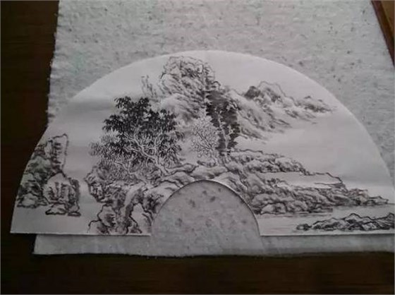书画折扇扇面是中国丰富而多样艺术中的一个特殊的类别。在扇面上写书作画,是中国乃至世界艺术史上的一个独特的现象。书画扇集实用、工艺与艺术于一体。上至帝王仕宦、下至庶民百姓都可拥有不同水平的书画扇,是欣赏层面最为广泛的艺术品之一。扇面书画与卷轴书画相比,虽不及卷轴书画宏大精深,但却有着更为浓厚的装饰意趣。 传统扇面多选择令人望而升凉,观则神爽题材和物象。画面多出现青山绿水,夏雨秋风,飞瀑流溪,雪野月空,或荷香送爽,或佳色傲霜。一般都是色调清淡,构图疏朗,与暑热浮躁形成反差,给人以精神和心理上的慰藉。让我们来学
