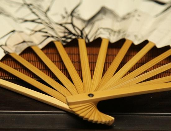 工艺竹子折扇既是日常生活用品,又是现代居室和人际交往中的一种传统艺术品。它在普通折扇上加工诗、书、画、景使之增值,是投资少的好项目,不妨试试。  1、材料和工具:白竹折扇、毛笔、国画笔、水粉色等。 2、怎么画扇子?画扇面要注意什么?步骤与技法: 确定工艺竹折扇书画题材的内容和画法,作好画稿准备。其题材内容不限,但因画面小取材不宜太繁杂,要求诗、书、画、印要与扇面特定形状巧妙结合,并适应扇 将折扇展开铺于桌面,用左手尽可能压平整,初学者可用铅笔轻轻几笔勾出画稿。照构思画稿由主到次、先淡后浓,逐步勾、皴、染