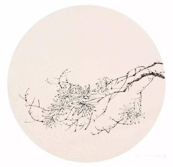 菊花图案团扇画法步骤: 1.浓墨调少许水,中锋用笔,在绘画团扇中勾出菊花的大致形态,注意不同形态下花瓣的组织。  2.中锋用笔,用笔要毛要涩,在团扇扇面上画出枝干的整体形态,注意主干和分枝的穿插和疏密关系。  3.浓墨调适量水,侧锋入笔,将菊叶的形态合理地分布在扇面的主干的分枝上,叶片的大小也要合理的把握,不能都一样,要让叶片有变化。  4.
