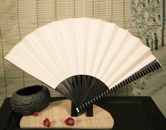 中国最早的扇子:羽扇,尤其是孔雀羽毛扇可以美化家居、点缀环境。是家庭、会所、办公室、商场、会客室等不可缺少的风水摆件,如果您有条件不妨学学做一把羽毛扇。 孔雀羽毛扇子制作方法与流程: 1、将超大扇子打开平铺在干净的地面,背面需要用铁丝类固定,防止扇子收缩。提示:一般选择1.