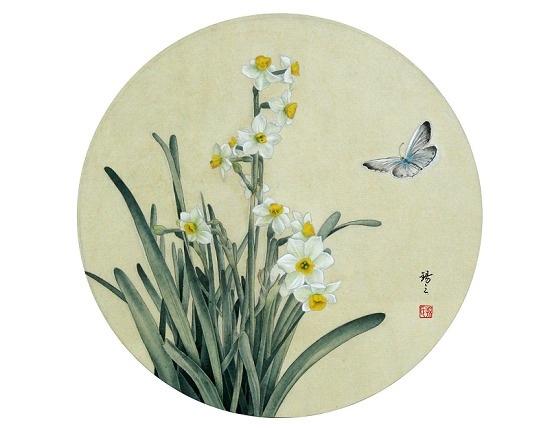 """团扇,也称""""宫扇""""、""""纨扇""""。在中国传统工笔人物画中,人物是表现的主体,但团扇与其他如屏风、素琴、兰竹等也在画面中起到了极其重要的衬托作用,共同构成了完整的画面,表达了特定的寓意,丰富了画面的内涵。中国画中的团扇,或作帝王的""""掌扇""""、妃嫔的""""障面"""",或为表现少女的摇曳生姿、贵妇的落寞伤感,不一而足。"""