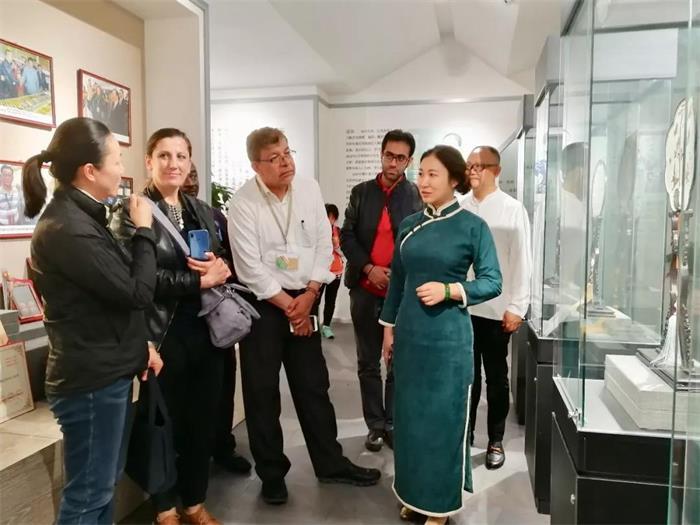 联合国教科文组织创意城市手工艺与民间艺术论坛的嘉宾莅临盛风苏扇艺术馆参观、考察