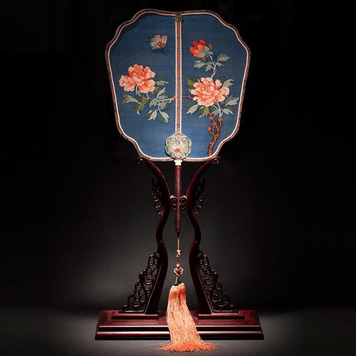 盛春大师作品:缂丝团扇《花戏蝶》